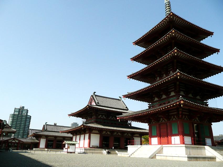 尤为著名的是它气势恢宏的城门和沿着护城河而建的塔楼.
